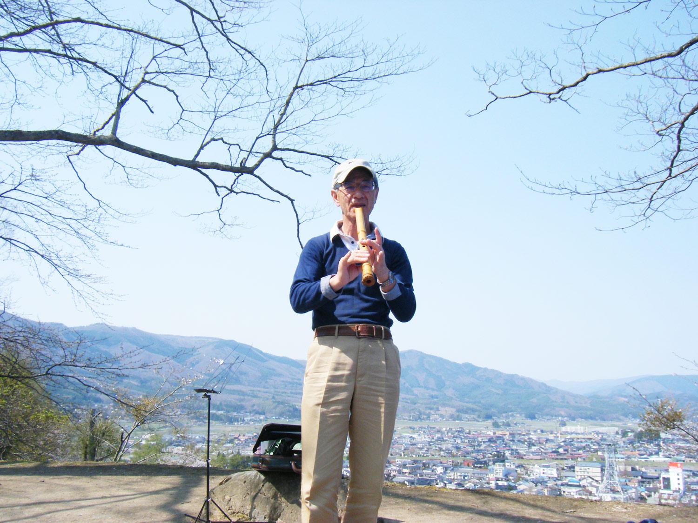 遠野市鍋倉公園のお花見会で尺八演奏を披露