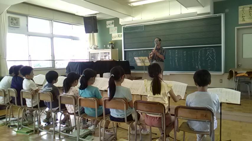 盛岡市立厨川小学校の「名人に学ぶ会」での尺八演奏実演